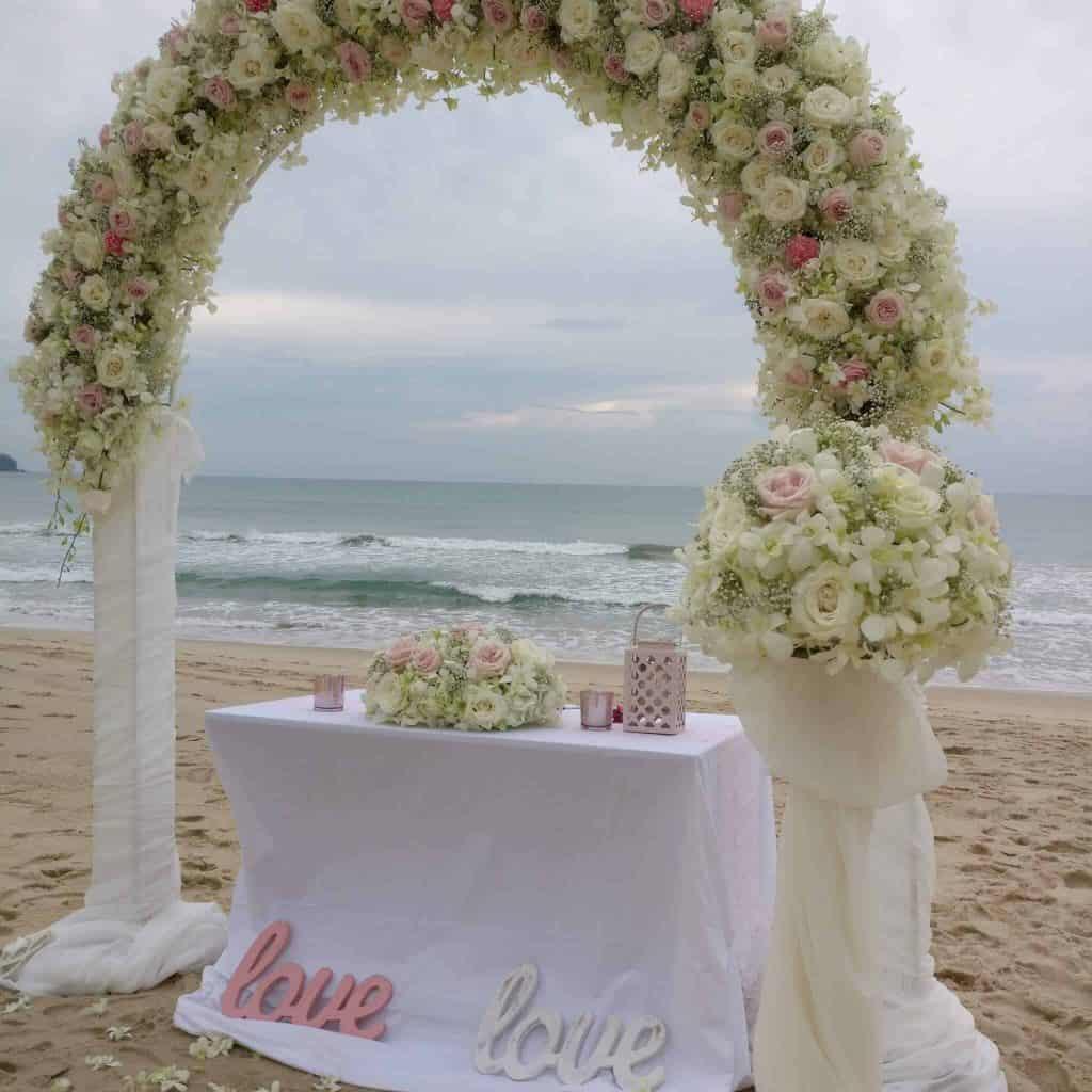 海滩婚礼鲜花拱门
